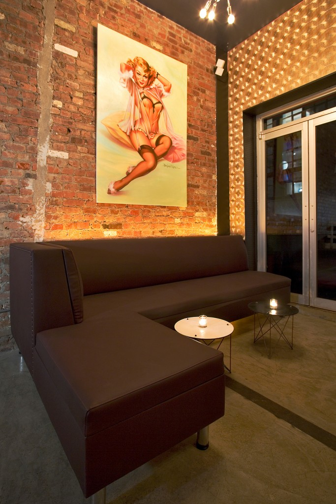 5_banquette-seating-area-and-pin-up-art
